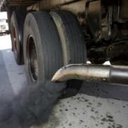 Fumaça preta saindo do escapamento do caminhão