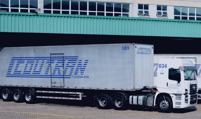 Caminhão da coutran estacionando para descarregar