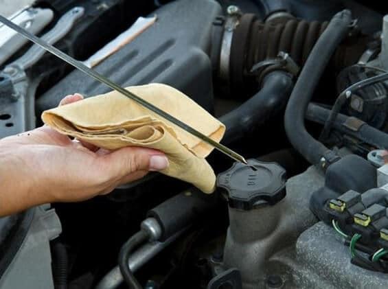 Medição do óleo do motor é um método de manutenção preditiva